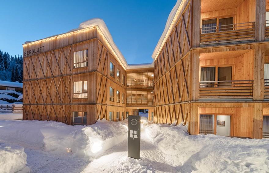 Odpowiednia koncepcja prysznica pozwoliła zachować skuteczną ochronę przed wilgocią w łazienkach drewnianego hotelu.                           Fot. HolzbauSaurer/fotostudiorene