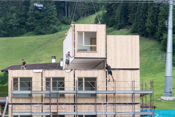 Tyrolski hotel powstał w całości z drewna; achitekt Bruno Moser.   Fot. archimos.at