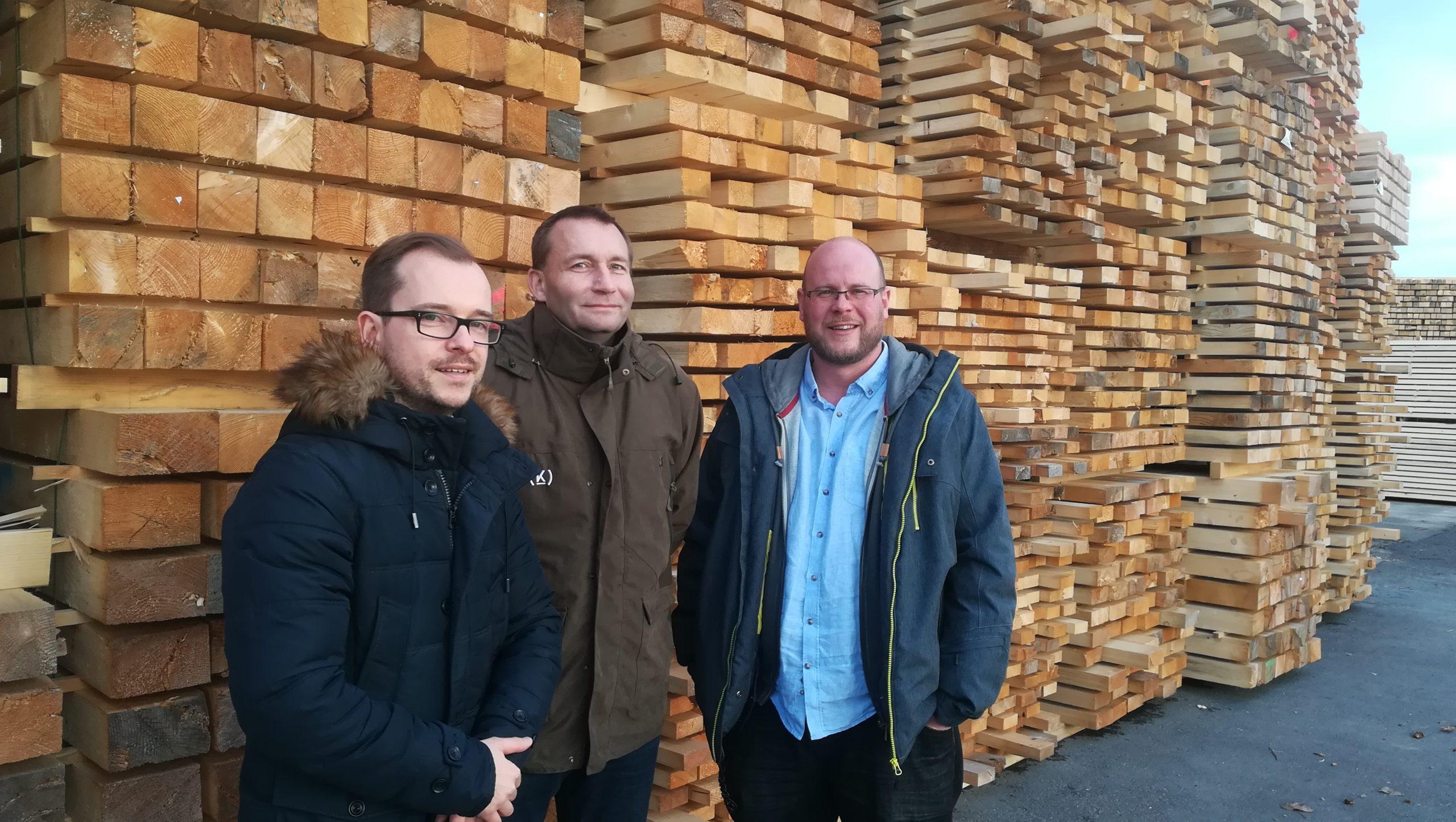 Od lewej: Marek Wojtacha (Drewnopark Wood Partner), Radim Cernin, dyrektor sprzedaży Kloboucka lesni s.r.o i … podczas spotkania szkoleniowego. Fot. J. Obarski