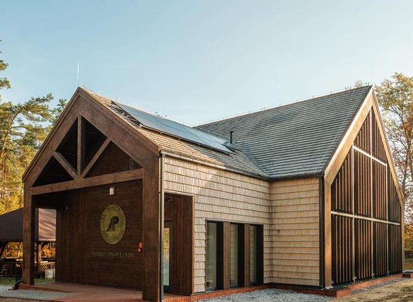 Bryłą budynku jest współczesną interpretacją tradycyjnego budownictwa drewnianego.   Fot. Lasy Państwowe