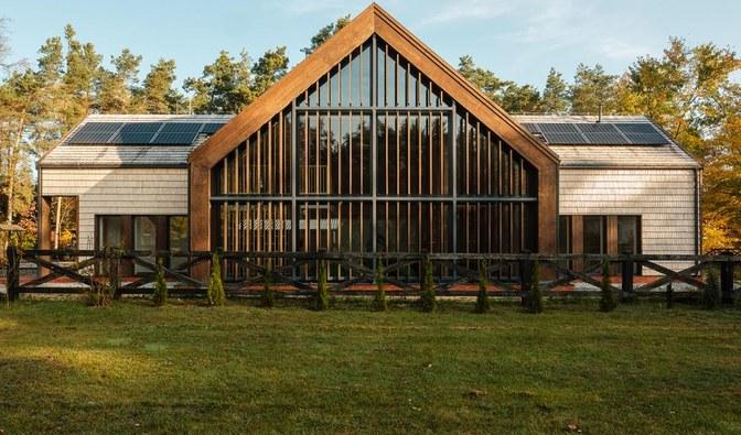 Obiekt będzie służył m.in. promocji nowoczesnego, ekologicznego budownictwa drewnianego oraz odnawialnych źródeł energii.     Fot. Lasy Państwowe