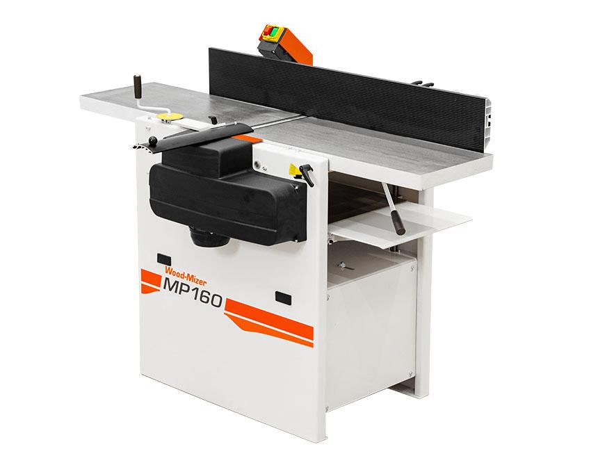 Grubiarko-wyrówniarka MP160 posiada poziomy wał z nożami umieszczonymi pomiędzy dwoma żeliwnymi stołami. Dzięki temu struganie i wyrównywanie drewna możliwe są na jednym urządzeniu, bez potrzeby zatrzymywania obrabiarki.