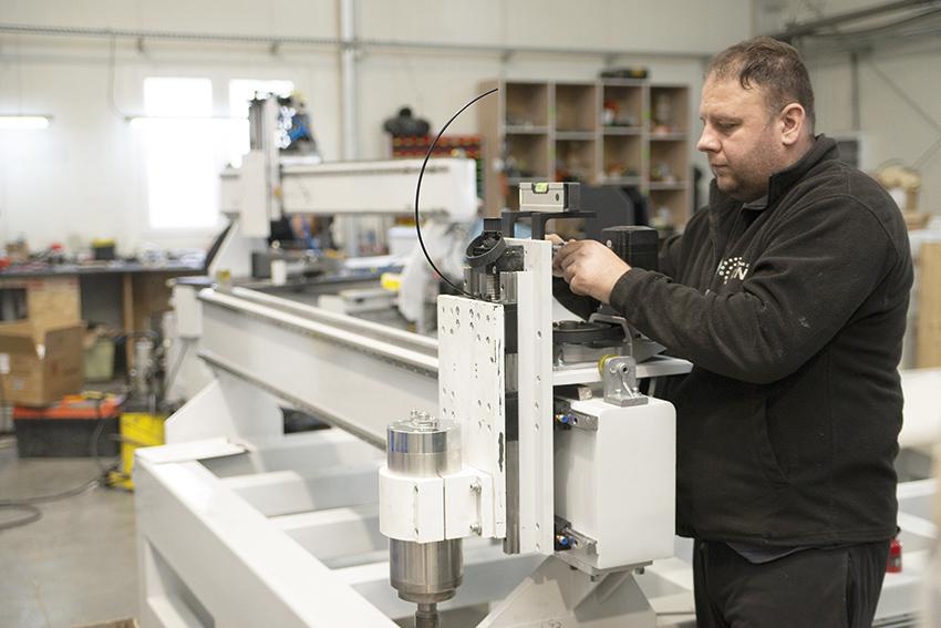 Po lakierowaniu elementy trafiają do montowni, gdzie odbywa się pełny montaż, ustawienie geometrii maszyny, wyposażenie jej w szafy sterownicze i napędy.  Fot. KD MEDIA
