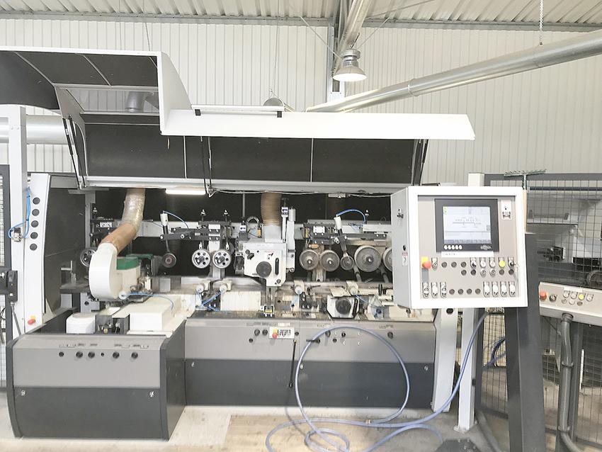 Strugarka czterostronna Powermat 2400 z pionowymi wrzecionami na korpusie pływającym.  Fot. KD Media