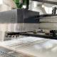 Maszyna z systemem podawczo-odbiorczym przeznaczona jest do rozkroju i nawiertów pionowych płyt drewnopochodnych. Fot. Drawel Meble